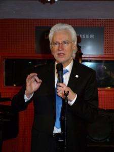 Bürgermeister Bernd Strauch begrüßt als Vorsitzender des Jazz Club Hannover e. V. die Gäste