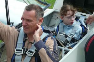 Fluglehrer Matthias Heine und Nadine Czempisz, 11, kurz vor dem ersten Start