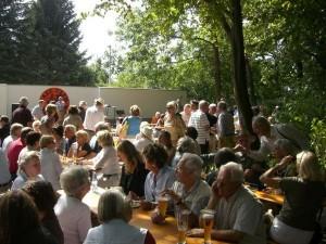 Gäste im Garten des Jazz-Clubs
