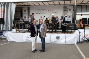 Geschäftsführer Thomas Mögelin und Präsident Stefan Dumke (von links). Im Hintergrund die Thomas Beste Jazzband