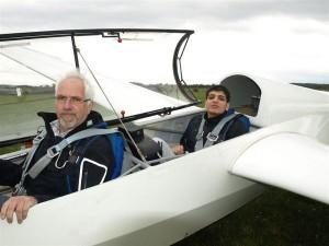 Serhard Yildirim, 17, vor dem Start mit Pilot Fritz Hornbach in der ASK 13