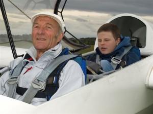Christian Wiegand, 18, mit Pilot Hans Kabattnik kurz vor dem Start