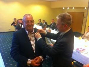 Lions Präsident Dr. Wolfgang Roth nimmt Joachim Kraushaar als neues Clubmitglied auf