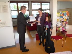 Lions Präsident Dr. Wolfgang Roth übergibt den Scheck an Schulleiterin Frau Albrecht