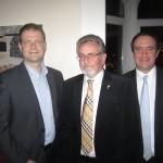 Lionspräsident Dr. Dieter Albacht nimmt Ralf Schröder und Fabian Manzau in den Lions Club Hannover-Tiergarten auf