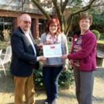 Spendenübergabe von Joachim Kraushaar (Lions Club Hannover Tiergarten) an Frau Fischer-Brunke (Leiterin des Pflegeheims) und Frau Sonko (Verantwortliche Mitarbeiterin für Veranstaltungen)