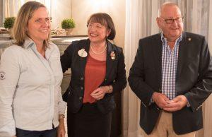 Martina Pluschke wird von Eva Küppers und Achim Kraushaar als neues Lions Mitglied begrüßt