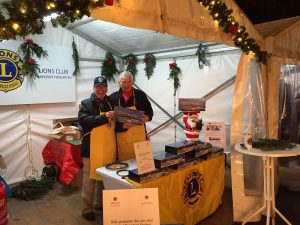 Lionsfreunde Rolf Ruge und Wolfgang Köplin bieten die ersten Stollen zum Verkauf an
