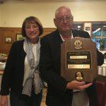 Distrikt-Governorin Eva Küppers überreicht Joachim Kraushaar die Auszeichnung zum Melvin Jones Fellow