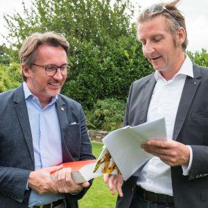 Lions Präsident Hans-Peter Möller nimmt Adrian M. Grandt in den Club auf