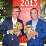 Lionspräsident Adrian Grandt überreicht 100 Teddy-Bären an Prof. Hans-Jürgen Christen