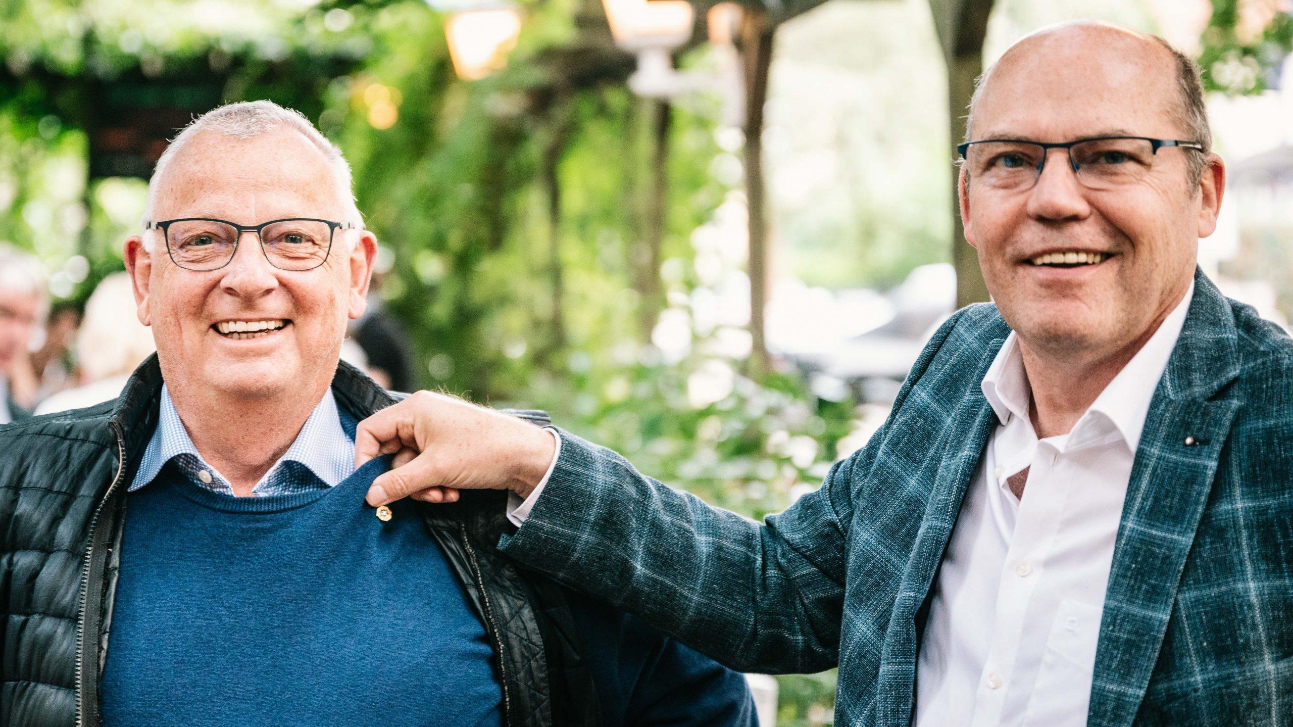 Detlef Lehner wird die Präsidentennadel von Jürgen Hinneburg übergeben