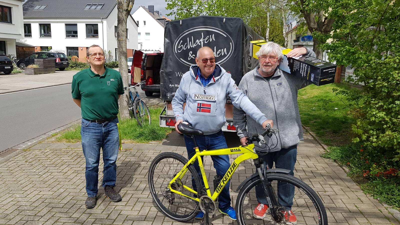 Fahrräder und Reparaturständer werden ausgeladen