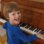 Jonathan freut sich über das neue Klavier